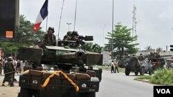 Pasukan Perancis melakukan patroli di distrik 'Deux Plateaux', ibukota Abidjan, Sabtu (9/4).