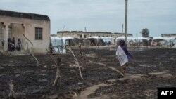 Une femme traverse le camp de personnes déplacées de Rann, au nord-est du Nigeria, près de la frontière camerounaise, le 29 juillet 2017.