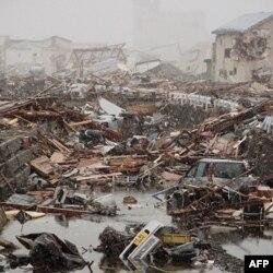 Cảnh tàn phá trong thị trấn Ofunato sau thiên tại