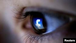 Una ilustración en la imagen muestra un logotipo de Facebook reflejado en el ojo de una persona, en Zenica, Bosnia.