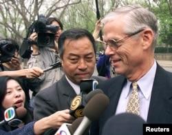 美国驻华大使普理赫在美国使馆外面回答记者的提问(2001年4月18日)