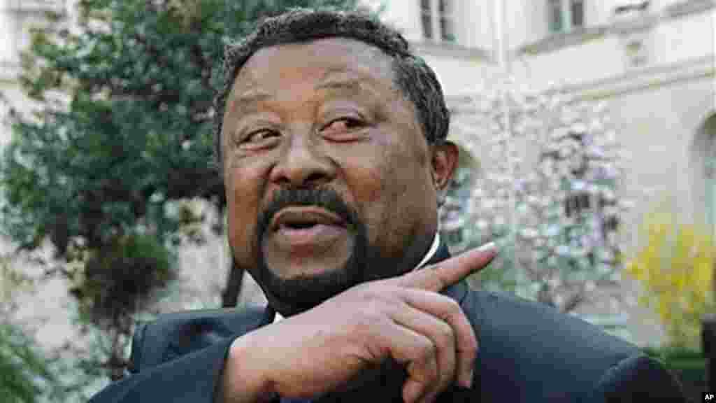 Jean Ping, 73 ans, candidat à la présidence, est un ancien président de la Commission de l'Union africaine et un ancien Premier ministre du Gabon, il connaît bien son principal adversaire, Ali Bongo Ondimba, dont il est l'ex-beau frère.