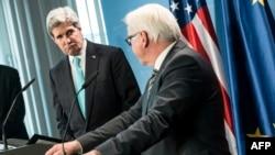 克里(左)1月31日在德国柏林和德国外长共同举行记者会