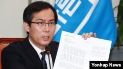 한국 국회 국방위원장인 바른정당 김영우 의원이 24일 국회 당대표실에서 열린 원내대책회의에 참석해 존 매케인 미국 상원 군사위원장에게 보내는 북한 테러지정국 재지정을 요청하는 서한을 공개하고 있다.