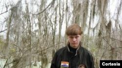 Çarlstondakı kilsədə 9 afro-amerikalını qətlə yetirmiş Dylann Storm Roof vaxtikən Konfederasiya bayrağı ilə birgə şəkil çəkdirmişdi.