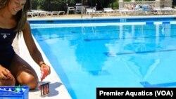 Рятувальник у басейні