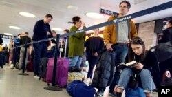 Viajeros esperan para abordar un tren en Albany, Nueva York, mientras las tormentas de nieve azotan gran parte de EE.UU. el 27 de noviembre de 2019.
