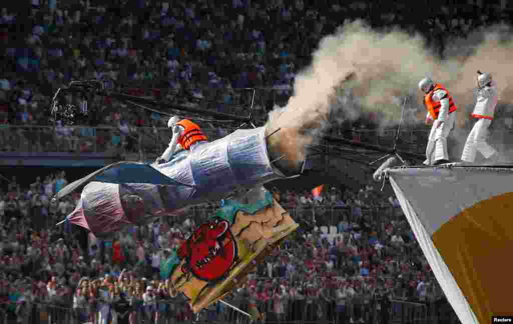 ក្រុម Roscosmos ជិះយន្តហោះរបស់ខ្លួនក្នុងពេលប្រកួត Red Bull Flugtag របស់រុស្ស៊ីក្នុងឆ្នាំ២០១៧ នៅក្នុងក្រុងមូស្គូ។