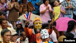 Anti-government protesters are seen gathered outside Bangkok's Lumpini Park August 4, 2013.