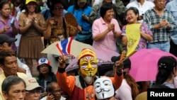 Người biểu tình chống chính phủ tụ họp trong công viên Lumpini ở Bangkok trong khi cảnh sát chống bạo loan đứng canh, 4/8/13