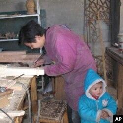 随父母进京的农民工子女(资料照片)
