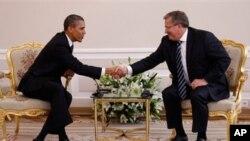 폴란드를 방문해 브로니스와프 코로모프스키(우) 악수를 나누는 오바마 대통령