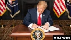 بیش از دو ماه پیش پرزیدنت ترامپ دور اول تحریم هسته ای ایران را بازگرداند و قرار است ۱۳ آبان دور دوم این تحریم ها را باز گرداند.