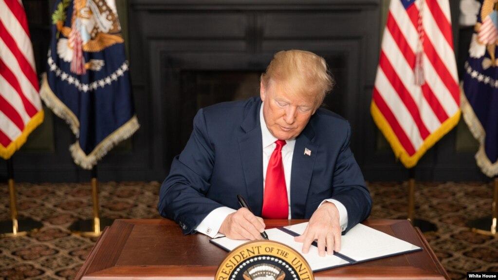 El presidente Donald Trump firmó una orden para la reinstauración de las sanciones a Irán.