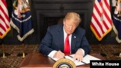 Le président Donald J. Trump signe le decret relatif aux sanctions contre l'Iran, à Bedminster, le 5 août 2018