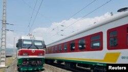 埃塞俄比亚的亚的斯亚贝巴郊外火车站外面的电动火车(2016年9月24日)