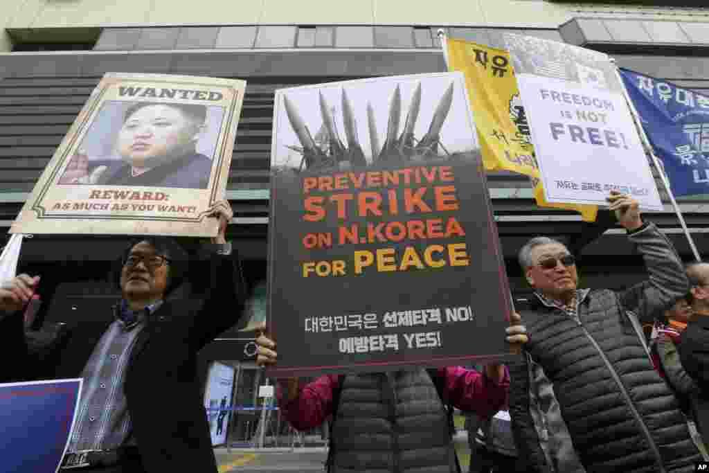 """反對北韓和金正恩的南韓人在美國使館外面示威,呼籲美國對北韓實行先發制人的打擊。有人舉著標語""""自由不是免費的""""(2017年11月6日)"""