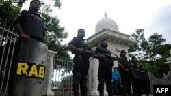 1일 방글라데시 다카 법원에서 이슬람 성직자에 대한 선고를 앞두고, 법원 주변을 경계 중인 경찰들.