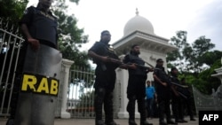 Rapid Action Battalion (RAB) personnel stand guard in front of the high court in Dhaka after a verdict was delivered in which Bangladesh's main Islamist party Jamaat-e-Islami was banned from contesting next year's elections, August 1, 2013.