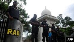 Nhân viên an ninh Bangladesh canh gác phía trước tòa án tối cao ở thủ đô Dhaka.
