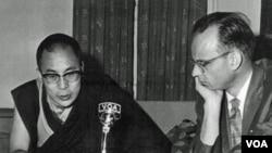 达赖喇嘛在1959年3月出走印度不久后接受美国之音采访