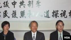 刘因全(中)在洛杉矶抗议中共剥夺中国公民的护照权和返国权(美国之音容易拍摄)