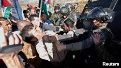 Ziad Abu Ein (à esquerda) luta com um agente da polícia israelita horas antes de morrer