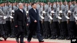 德國總統高克(左)和中國國家主席習近平在柏林檢閱儀仗隊資料照。