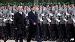 德国总统高克(左)和中国国家主席习近平3月28日在柏林检阅仪仗队