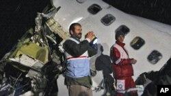 Spasilačke ekipe na mjestu nesreće zrakoplova aviokompanije Iran Air, tipa Boeing 727, koji se srušio uslijed prisilnog slijetanja 700 kilometara sjeveroistočno od Teherana, 9. siječnja 2011. (AP Photo/Mehr News Agency, Esfandiar Asgharkhani)