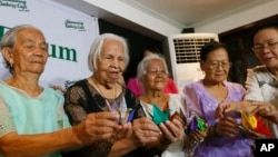 Philippine women, who said they were detained and used as sex slaves by the Japanese military during World War Two, display Origami paper cranes to symbolize peace during a forum to demand justice, compensation and an apology from Japan, in Quezon city, Philippines, Jan. 22, 2016.