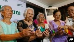 2차 세계대전 당시 일본 군 위안부로 동원됐던 필리핀 여성들이 22일 필리핀 퀘존 시에서 평화를 상징하는 종이학을 들고 일본 정부의 사죄를 요구하고 있다.