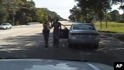Foto tomada del video divulgado por el Departamento de Seguridad Pública de Texas en el que se ve al agente Brian Encinia arrestar a Sandra Bland,