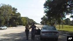 德克萨斯州公共安全部门提供的行车仪拍摄下的视频截图,显示警察正在逮捕黑人妇女桑德·布兰德。(2015年7月10日)