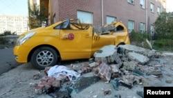 15일 오후 2시 한국 포항시 북구 북쪽 6㎞ 지점에서 규모 5.4 지진이 발생했다. 한 어린이집 외벽이 무너져 차량이 심하게 파손 돼 있다.