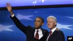 美国总统奥巴马9月5日在民主党全国代表大会上,走上讲台和前总统克林顿一道向代表们挥手致意
