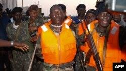 Capitão N'Tchama (centro) um dos detidos actualmente pelos Estados Unidos juntamente com o contra-almirante José Américo Bubo Na Tchuto