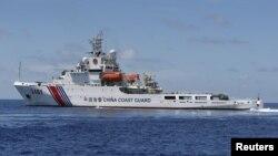 Tàu Cảnh sát biển Trung Quốc tại Bãi Cỏ Mây trong quần đảo Trường Sa ở Biển Đông.