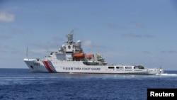 영유권 분쟁지역인 남중국해 스프라틀리 군도에서 중국 해안경비정이 항해하고 있다. (자료사진)