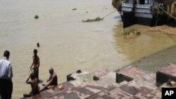 لوگ کلکتہ کے قریب دریا میں اشنان کر رہے ہیں۔ اس مقام پر گنگا کو دریائے ہگلی کہا جاتا ہے