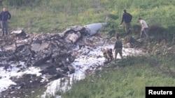 이스라엘 보안 요원들이 10일 격추된 F-16 전투기 잔해를 수색하고 있다.