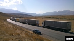 صف کامیون ها و تریلرهای حامل کالا در مرز مشترک ایران و ترکیه - آرشیو