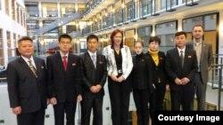 세르파 파테로 핀란드 국토개발부 장관(가운데)이 핀란드를 방문한 북한 농아인 대표단과 면담했다. 사진 출처=핀란드농아협회 마르크 조키넨 대표 트위터.