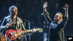 Bono (kanan) dan The Edge, U2 saat tampil pada konser Innocence + Experience di The Forum, Inglewood, California, 26 Mei 2015.