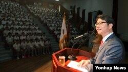 한국의 류길재 통일부 장관이 29일 오전 모교인 용문고등학교에서 통일을 주제로 특강을 하고 있다.