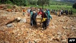 Bathwele isidumbu somuntu obulewe lizulu elikhulu uCyclone Idai ...