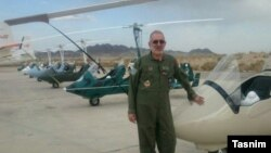 احمد مایلی خلبان هواپیمای فوق سبک سپاه در کنار هواپیماهای جایروپلن