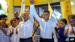 馬爾代夫反對派候選人薩利赫(左三)宣布勝選。