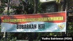 VOA-Spanduk dukung pembubaran HTI (foto: Yudha Satriawan/VOA)