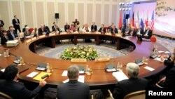 Para delegasi dialog nuklir yang terdiri dari utusan Amerika, Russia, China, Perancis, Inggris dan Jerman bersiap mengadakan negosiasi dengan utusan dari Iran dalam pertemuan hari pertama di Almaty (5/4).